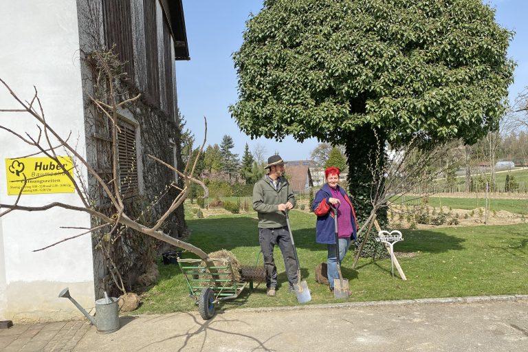 Paul und Ursula Huber in der Baumschule in Pittersberg