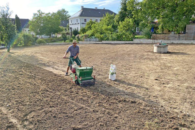 Rasen Anbau mit Saatmaschine
